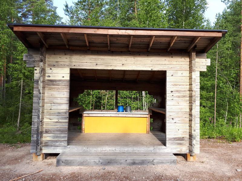 Pesukatos - Ruokailuvälineistön puhdistusta varten leirituvan vierestä löytyy pesukatos.